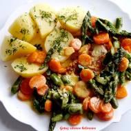 Filet z kurczaka ze szparagami i marchewką w sosie śmietanowym