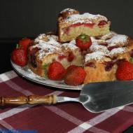 Puszyste, proste ciasto z truskawkami