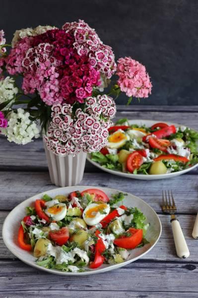 Sałatka z młodymi ziemniakami i jajkiem