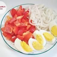 Jaja gotowane na twardo z papryką czerwoną i makaronem ryżowym