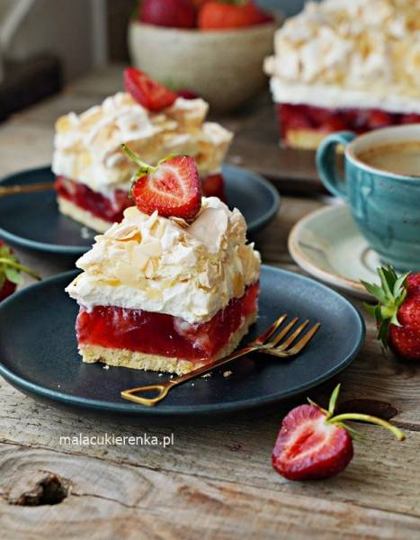 Ciasto Truskawkowa Chmurka z Kremem Śmietanowym i Bezą