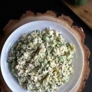 Sałatka ryżowa z wędzonym kurczakiem i ogórkami