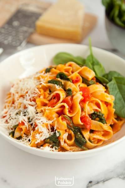 Genialny sos do makaronu ze świeżych pomidorów i szpinaku. Znajomy szef kuchni dał nam przepis