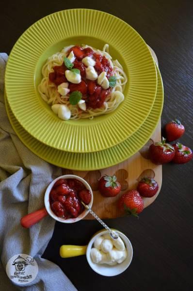 Spaghetti z frużeliną truskawkową i serem mozzarella.
