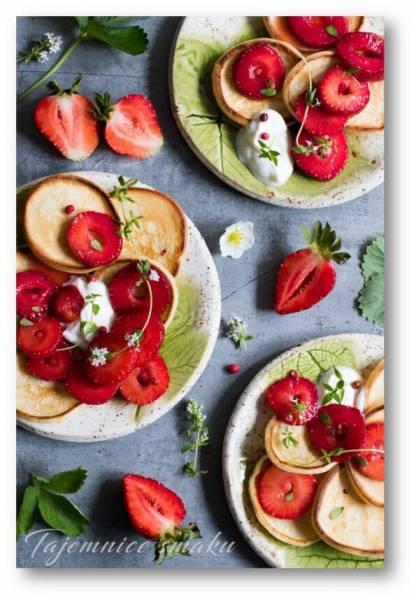 Mini pankejki na kefirze z truskawkami macerowanymi w miodzie