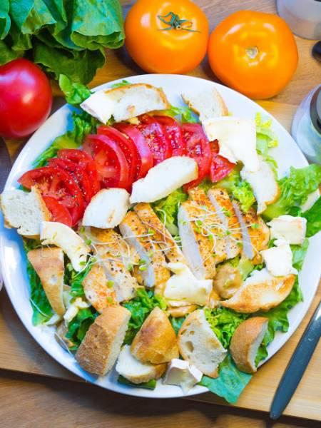 Sałatka cezar z pomidorami i serem camembert