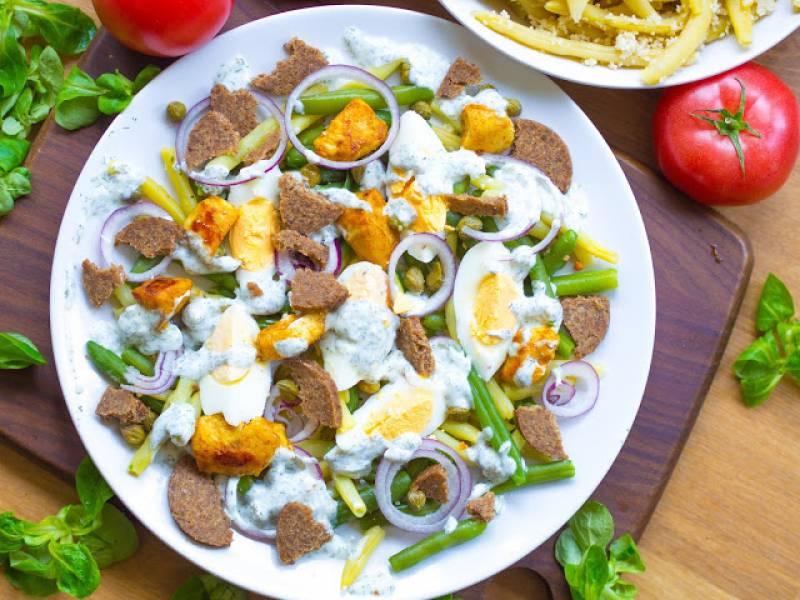 Sałatka z fasolką szparagową, jajkiem, pumperniklem i sosem koperkowym