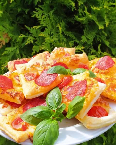 Przekąska z ciasta francuskiego z salami i pomidorem