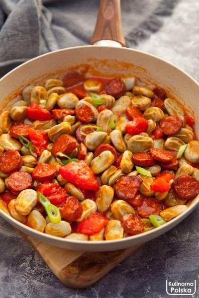 Bób po węgiersku z papryką wędzoną, pomidorami i kiełbasą. PRZEPIS