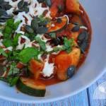 Leczo z cukinii, cebuli i pomidorów z mozzarellą i pestkami dyni