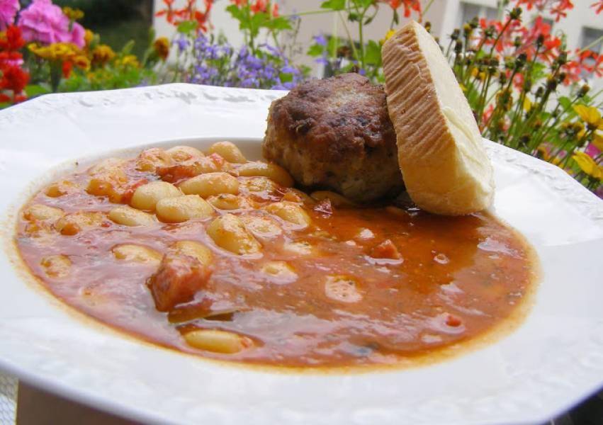 fasola Jaś  z kiełbasą,  pomidorami i kotletem mielonym...