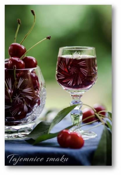 Domowa nalewka wiśniowa z miodem goździkami i cynamonem