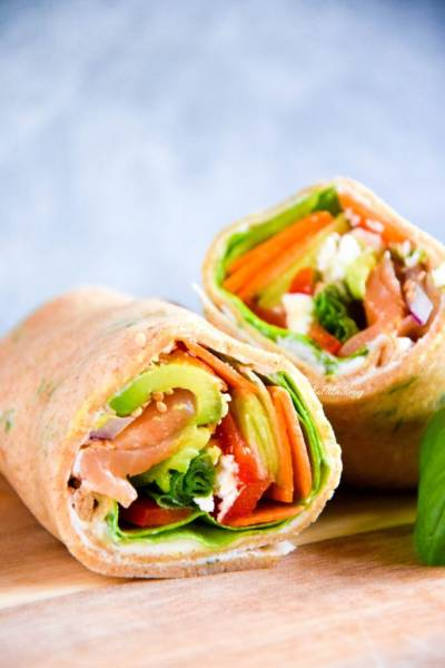 Pełnoziarniste wrapy naleśnikowe z warzywami i łososiem