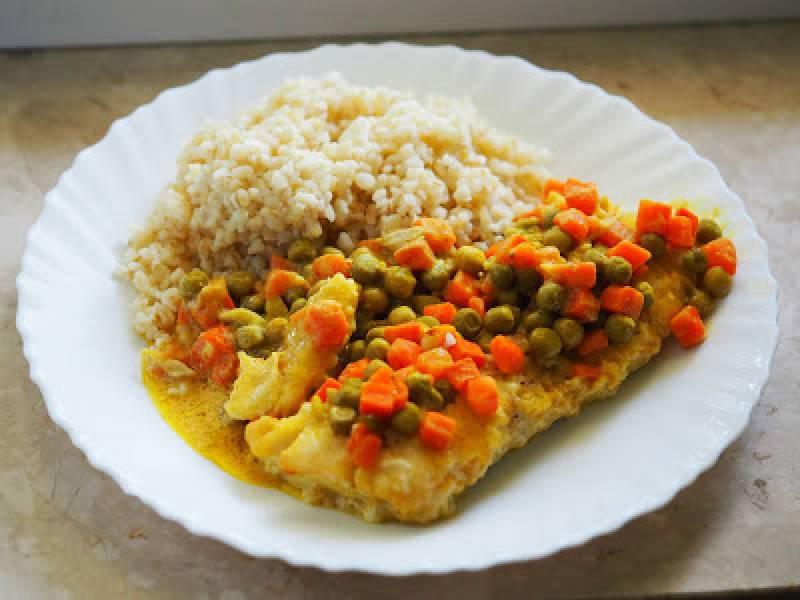 Dorsz curry z groszkiem i marchewką