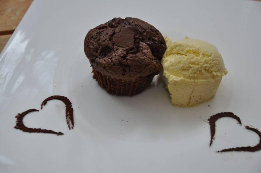 Muffiny czekoladowe z malinami – prawie jak brownie