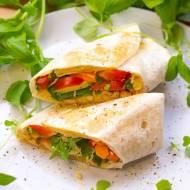 Tortilla z hummusem, kurczakiem i warzywami