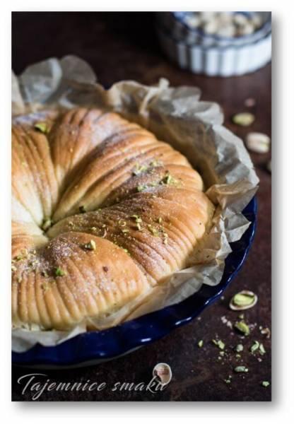 Wełniany chleb z pistacjami. Drożdżowe ciasto z orzechowym nadzieniem.