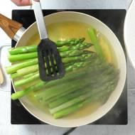 Gotowanie szparagów na patelni. Sztuczka, dzięki której wychodzą doskonale bez specjalnego garnka. WIDEO
