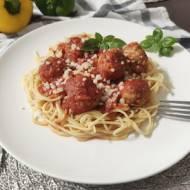 Spaghetti z pulpetami w sosie pomidorowym.