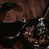 Młynek do kawy – ceramiczny czy stalowy?