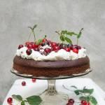 Ciasto piernikowe z kremem i wiśniami