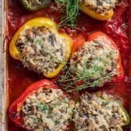 Papryka faszerowana ryżem i pieczarkami w sosie pomidorowym
