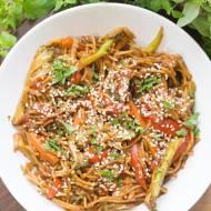 Makaron stir-fry z warzywami i sosem sojowym