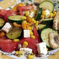 Sałatka z warzywami i serem na ciepło