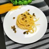 Makaron w sosie serowym z kaparami
