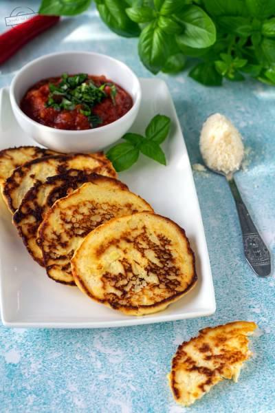 Placuszki z ricotty z pikantnym sosem pomidorowym