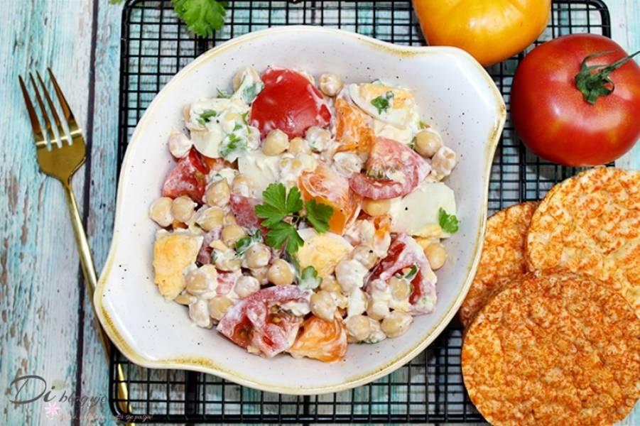 Prosta sałatka z jajek, pomidorów i ciecierzycy