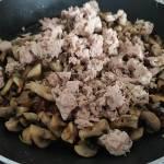 Makaron z tuńczykiem i pieczarkami.