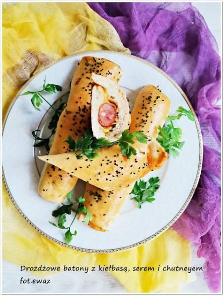 Drożdżowe batony z kiełbasą, serem i chutneyem