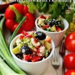Sałatka warzywna z serem oliwkami i kolendrą