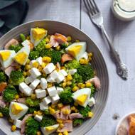 Sałatka brokułowa z wędzonym łososiem i fetą