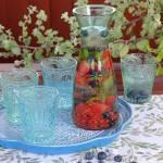 Woda owocowa z grejpfrutem, truskawkami, borówkami i miętą