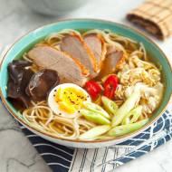 Ramen z kaczki. Domowy przepis na słynną japońską zupę. Jak zrobić ramen?