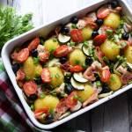 Młode ziemniaczki zapiekane z indykiem, boczkiem i warzywami