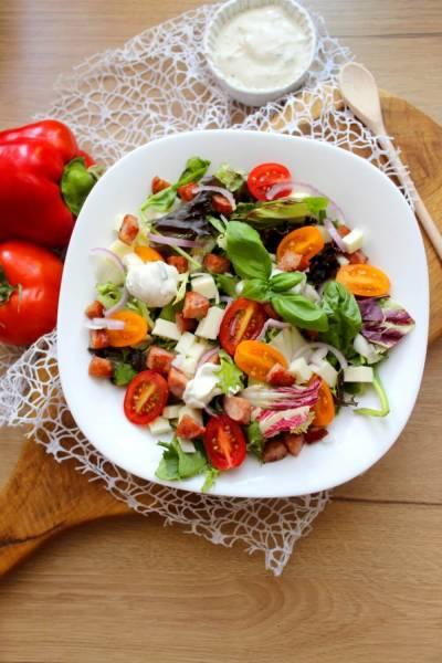 Sałatka z kiełbasą, halloumi i pomidorkami