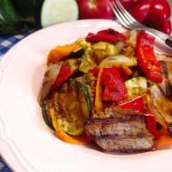 Sałatka z grillowanych warzyw i polędwiczki wieprzowej