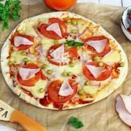 Pizza zero waste z szynką, pomidorami i zielonym groszkiem