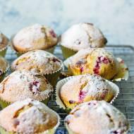 Puszyste muffinki z czerwoną porzeczką