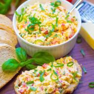 Pasta jajeczna z papryką i serem cheddar