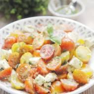 Sałatka z pomidorami, fetą i sosem bazyliowym