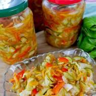 Sałatka warzywna Babuni z cukinią i ogórkami – do słoików na zimę