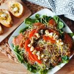 Sałatka z łososiem i szpinakiem idealna na przejęcie lub śniadanie