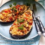 Bakłażany zapiekane z kuskus daktylami warzywami i szynką