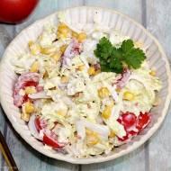 Szybka sałatka z kapusty pekińskiej z pomidorami i kukurydzą
