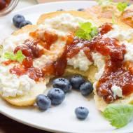 Rogal maślany ze słodkim twarożkiem i konfiturą truskawkową - śniadanie na słodko