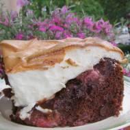 pyszne ciasto kakaowe z truskawkami i kisielową pianką bezową...